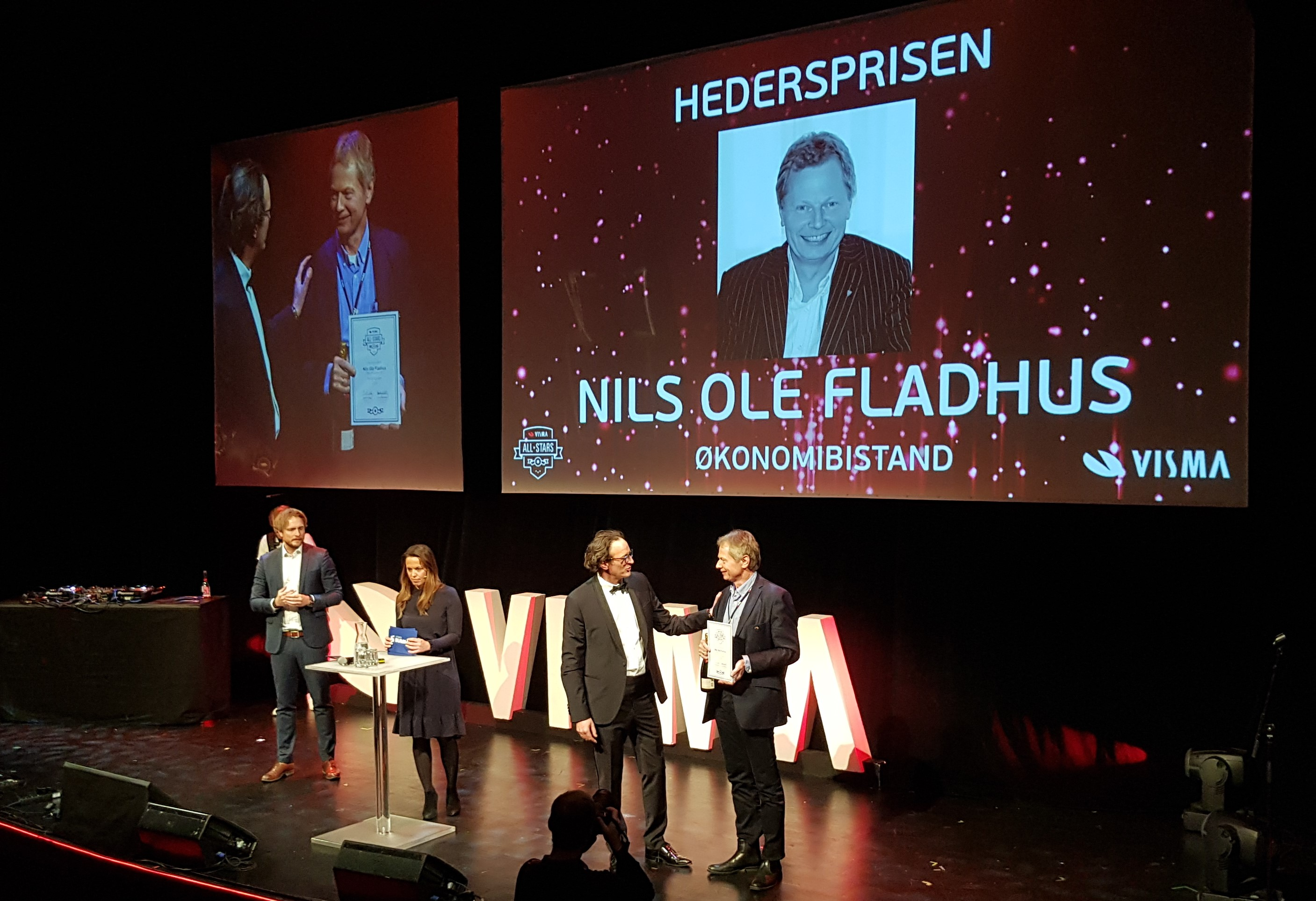 Nils Ole Fladhus accept the honorary award from Visma Software